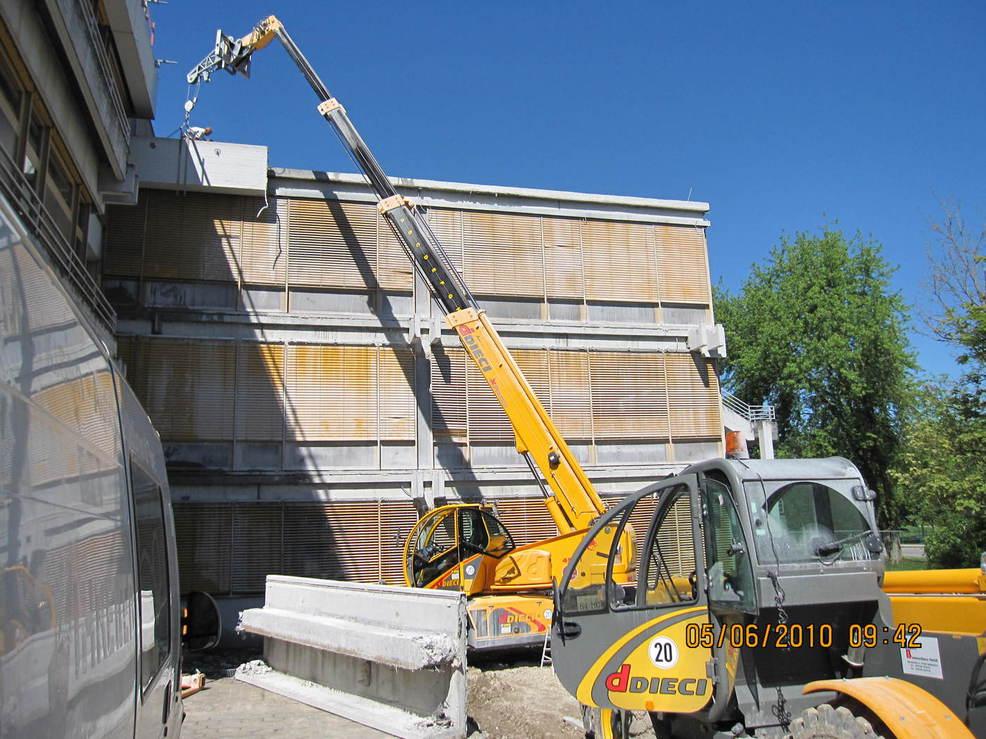 Teleskopstapler beim abheben der Dach-attika